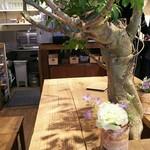 レ・グラン・ザルブル - 私達の座ったテーブル テーブル中心には木が(*゜Q゜*)