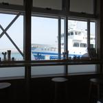浜のかあちゃん食堂 - 窓からはフェリーが見えます