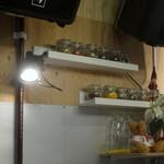 旦過スパイスカレー ARATA - 「ARATA」カウンター内の棚に並ぶスパイス
