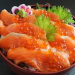鳥取砂丘にいちばん近いドライブインレストラン砂丘会館 - 料理写真:鳥取県境港産使用のサーモン丼