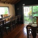 ブックカフェ アイテール - 店内の奥の隠れ家的なテーブル席