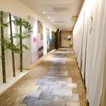 とんかつ 一頭揚げ 亀かわ - 廊下の先がホールへの扉