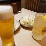 とんかつ 一頭揚げ 亀かわ - 生ビールとハイボール おかわり自由のキャベツ
