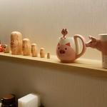 とんかつ 一頭揚げ 亀かわ - 豚の置物