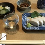 Hatsuogawa - 板わさ、遠火で炙った骨煎餅、漬物