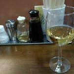 洋食マルヤ - 卓上調味料と白ワイン300円