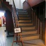 渋谷貸切パーティースペース アジト ワンダーダイニング - 建物に入ってすぐ階段を上がります