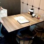 餃子の王将 ウィング川崎店 - 今回はこちらのテーブル席です