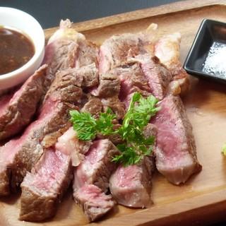 お肉料理充実!牛リブロースの炭火ステーキ、スペアリブなど♪
