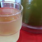 85578941 - 冷たい緑茶のサービスがうれしい