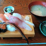 85580977 - ジャンボ寿司全景。味噌汁とマグロの漬けとナイフがついています。
