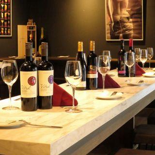 グラスワインは500円&ボトルワインは2500円から。