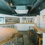 セブンデイズ クラフトキッチン - <7DCK>              10本のタップやヒンメリを見ながら語らえる空間の2階