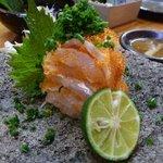 久米 - 鯛の昆布〆・・・軽く〆た鯛にトビッコを合わせて出されます。