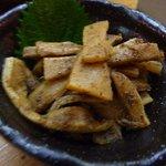 久米 - メンマの鰹和え・・・メンマが柔らかいですねぇ。粉鰹で味付けられているので、ツマミに最適の品です。