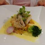 ビストロ ダイア - 甘鯛の鱗焼き、春キャベツのブレゼとアサリ風味のサフランクリームソース