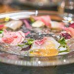 85604298 - カリフラワーのパンナコッタ、イタリア産生ハム、 真鯛のカルパッチョ、トマトのソース