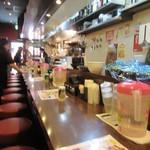 チャオチャオ - 細長い店内は入口のテーブル席と長いカウンター席の造りになってました。