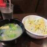 チャオチャオ - 次はセットのご飯と味噌汁が運ばれて来ました。お替りの出来るご飯にはテーブルに振りかけが置いてあったんで少し使わせていただきました。