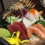 地鶏×鮮魚 個室居酒屋 もみじ庵 - お造り4種盛りーマグロ、サーモン、カツオ、タイ
