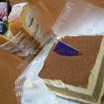 大高かおる堂 - 料理写真:本日のケーキ(ロールケーキ)とティラミス