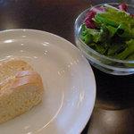 イル・ジョカトーレ - ランチセットのパンとサラダ
