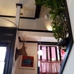 Restaurant LE MiDi - 鹿の剥製があったり賑やかな店内。