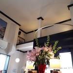 Restaurant LE MiDi - 大きなピンクの百合の花。