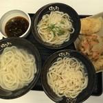 85625154 - 左が釜揚げ、右の二つはかけうどん(葱の有るのと無いの)。天ぷらは上から鶏天、かき揚げ、海老天