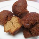 琉球銘菓 三矢本舗 - サーターアンダギー 黒糖断面 未カットは、黒糖と紅芋で、外見では判断つかず…