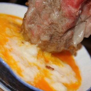 """甘辛のすき焼き肉を出汁とろろで味わう""""とろろすき焼き""""。"""