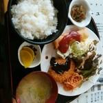 なんじゃぁこりゃぁ - 料理写真:日替B 500円 野菜コロッケ・枝豆シューマイ・春巻 売り切れだったAはミンチカツ・魚フライ・ハム
