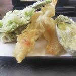 西友 - 料理写真:天婦羅アップ、左手が山菜の「こしあぶら」でやす。旨し❗