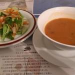 トルコアズ - 「ドネルケバブ」セットのサラダ&スープ。 スパイスの香り満載なスープは美味です。