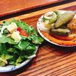 絹延橋うどん研究所 - 有機野菜のサラダと焼き野菜  各200円