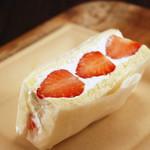デリカ&カフェ ファイブミニッツミーツ - まるでケーキなイチゴサンド