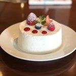 85649738 - いちごとホワイトチョコレートのショートケーキ