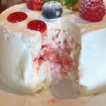85649783 - いちごとホワイトチョコレートのショートケーキ
