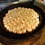 上海 焼き小籠包 - 63cmの大きな鉄鍋で1回に80個を焼きあげます。
