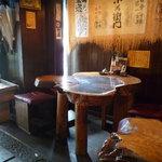 炭焼笑店 陽 - ☆店内はちょっぴりレトロな雰囲気のテーブル席(*^_^*)☆