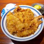 銀座 天國 - お昼天丼(¥1100)。小海老2匹、キス、紋甲イカのかき揚げが乗る。茶色いものは美味しい!
