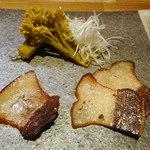 薫滋囉 - 自家製スモークベーコン炭火炙り、大トロ部分