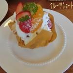 Perle  - ケーキセット(ケーキ1個とドリンクで-50円)でフルーツショート(360円)☆彡 生クリームたっぷり挟んだスポンジに苺やキウイ、黄桃が乗って見た目も華やか、中にもバナナや色んなフルーツが入ってる!