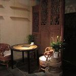 黒猫夜 - 中国の調度をモダンに仕上げた店内