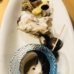 どんつき左 - 生牡蠣にウイスキー、シッタカや亀の手の刺身盛り