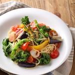 トゥ・ザ・ハーブズ - 旬の野菜をあしらった彩豊かなペペロンチーノ♪ シンプルなペペロンチーノに、香ばしさとコク、旨味が合わさったアンチョビガーリック仕立てです