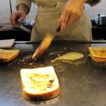 南海グリル - お肉を食べ終わったらバターで焼いてくれます。