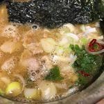 舎鈴 - つけ汁には豚肉、メンマ、炒めキャベツ、鷹の爪、ネギ、大葉