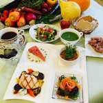 レストラン アオヤマ - 看板メニュー「季節の30品目プレート」糖尿病専門クリニック監修、500~600㎉、塩分2g台、野菜180g以上のバランス食。