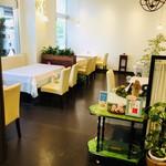 レストラン アオヤマ - ランチタイム。明るい店内でお話も弾みます